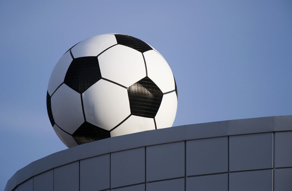 Fotbollen som är en ventilationstrumma på arenans tak.