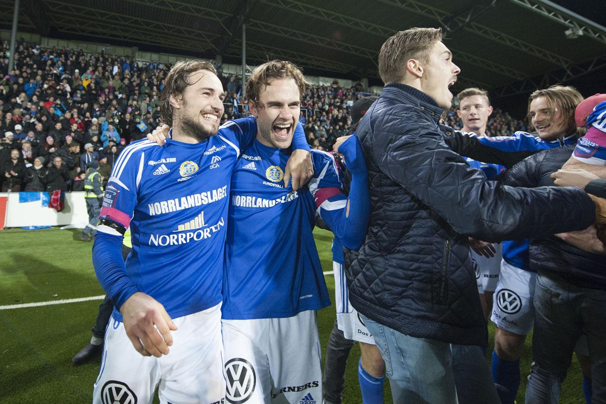 GIF Sundsvalls Kevin Walker och Simon Helg jublar över avancemang till Allsvenskan 2014