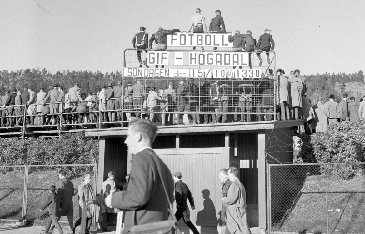 Folk trängs och sitter ovanpå IP:s annonstavla vid publikrekordet 1961