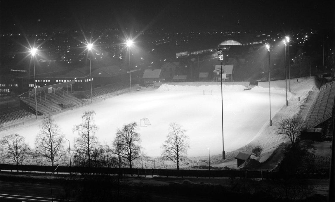 Bandyplanen i Idrottsparken i kvällsbelysning 1970.