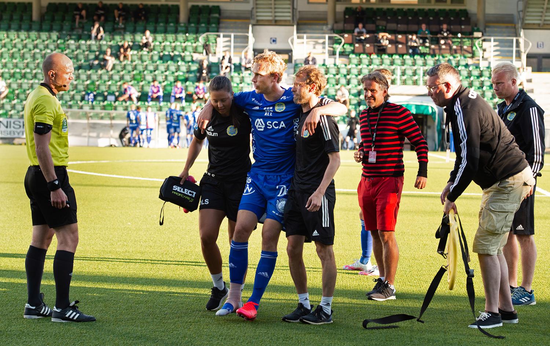 Pontus Engblom hjälps av planen efter skada mot Umeå
