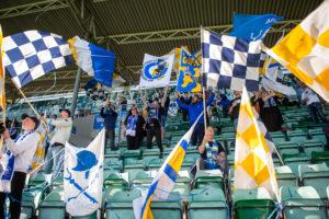 GIF-supportrar med flaggor på NP3 Arena